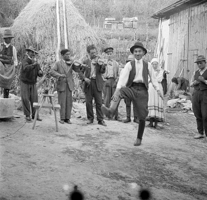 """István Mátyás """"Mundruc"""" dancing legényes. Magyarvista, 1956."""