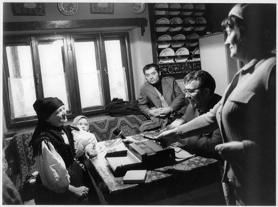 Zoltán Kallós records Kati Pusztai in the company of Sándor Csoóri and Júlia Marosi; 1972