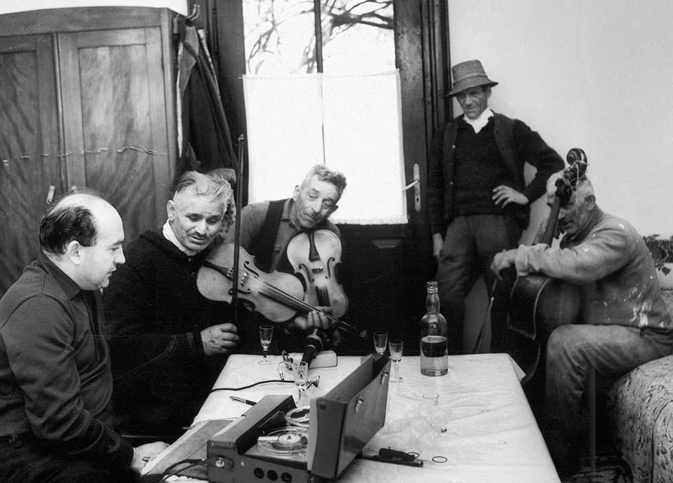 Ferenc Novák records fiddler Károly Dobos, on melody,  Sándor Ádám Sr., on rhythmic/harmonic accompaniment, Felszeg resident István Deák, and double bass player János Dobos; 1967