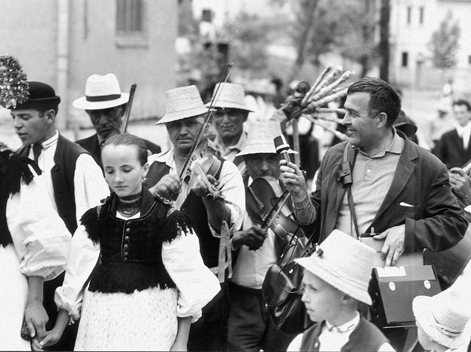 Zoltán Kallós records Károly Dobos and his band at a wedding procession; 1971
