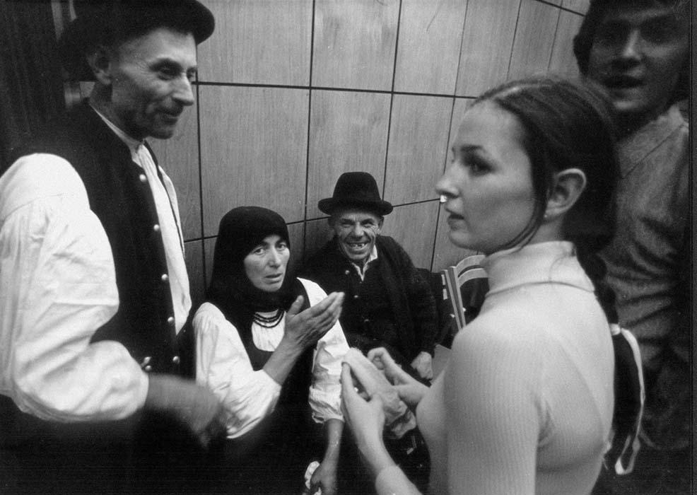 Erzsébet Vásárhelyi chats with guests from Szék