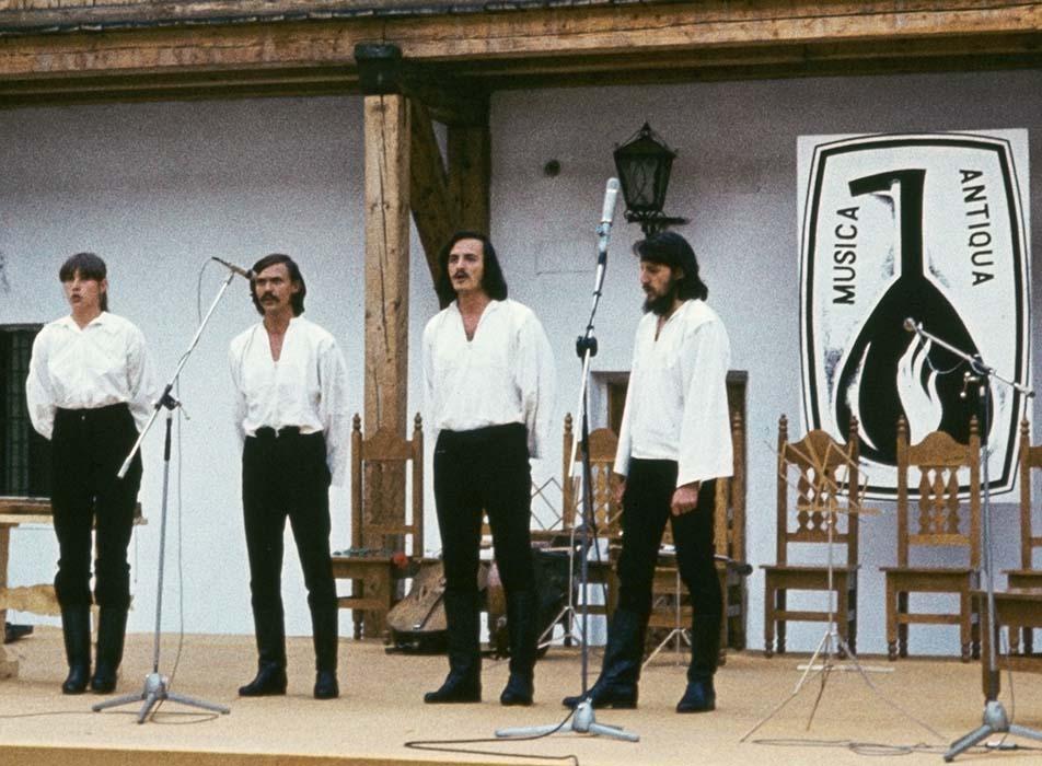 """""""Singing parts"""" Szászcsávás style at the Csíkszereda Old-Time Music Festival.  Barozda Ensemble:  Erzsébet Györfi, József Simó, Imre Bokor, and István Pávai; 1981"""