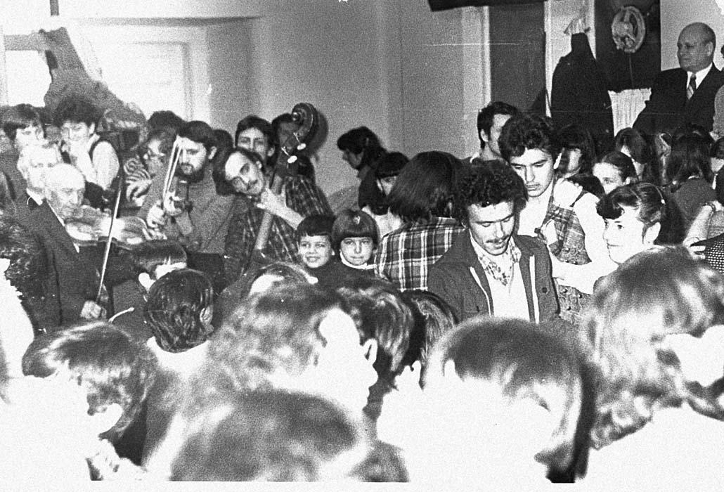 "Marosvásárhelyi dance hall event, with István Pávai, Sinkó András, and Magyaró fiddler István ""Stefi"" Moldován on melody; early 1980s"