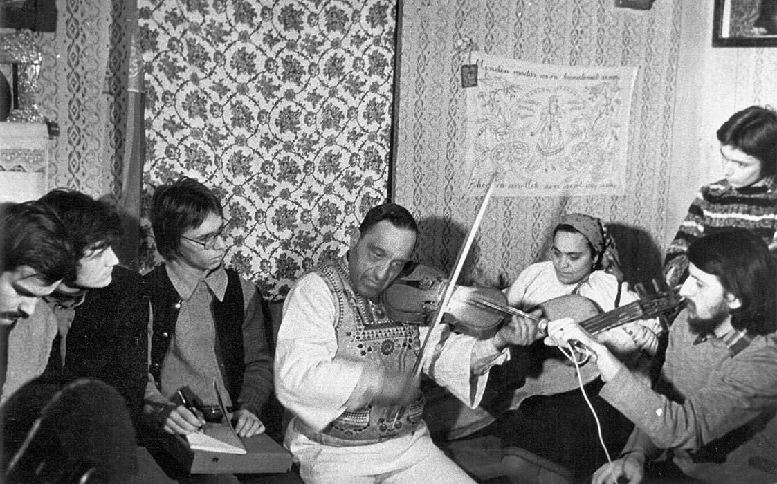 """Alpár Kostyák, István """"Gázsa"""" Papp, Árpád Könczei, István Pávai, and Levente Székely record Gyimes resident Mihály Pulika """"Halmágyi"""" in January of 1978"""